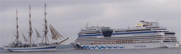 Segelschulschiff MIr und AIDAsol: Treffen auf dem Hafengeburtstag Hamburg