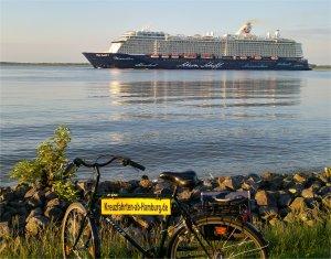 Die neue Mein Schiff 5 auf der Elbe