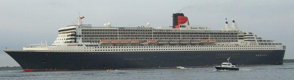 Queen Mary 2 auf der Elbe vor dem Hamburger Hafen